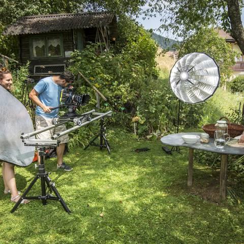 Heimatleuchten Gurktal: Making of Karim Shafik Kamera Melanie Markovic Reflektor Ulrike MItter beim Kraeuterschnapsmachen